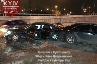 В Киеве преследование Mercedes завершилось повреждением шести автомобилей