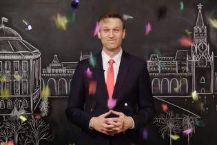 """Навальный поздравил россиян на фоне Кремля и призвал их """"начать новую жизнь"""""""