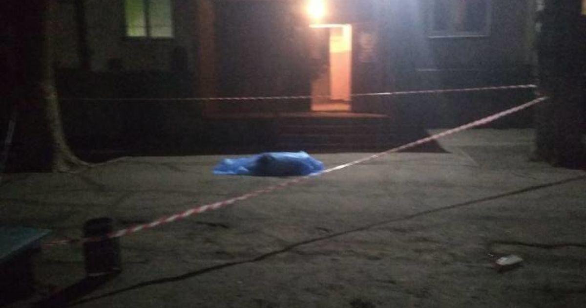 В Запорожье пьяный мужчина выпрыгнул из многоэтажки, упав на маленького ребенка