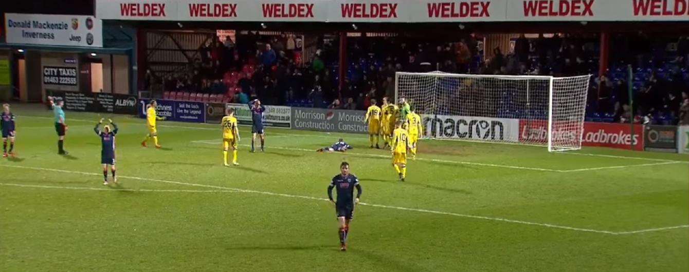 Четыре удара за пять секунд: футболисты шотландской команды показали, что такое невезение