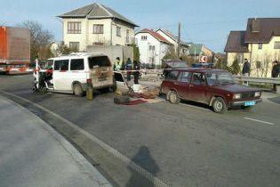 На Львівщині мікроавтобус із пасажирами вилетів на зустрічну смугу і протаранив автопоїзд