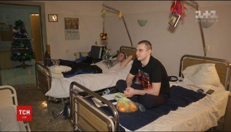 Звільнені заручники зустріли Новий рік у військовому госпіталі