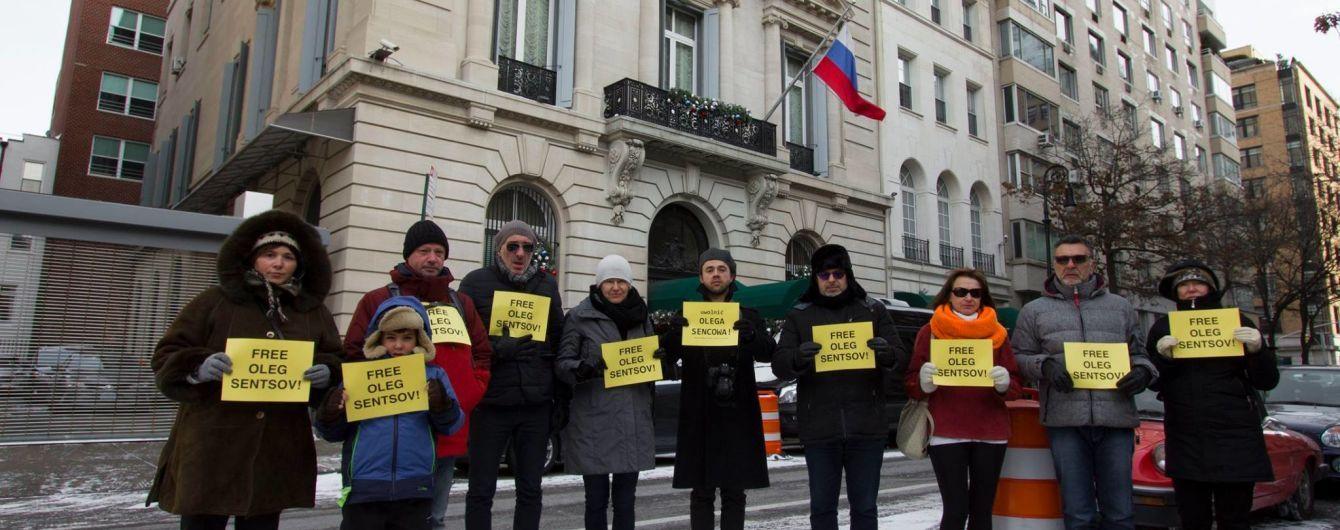 В Нью-Йорке перед консульством РФ прошла акция в поддержку Сенцова