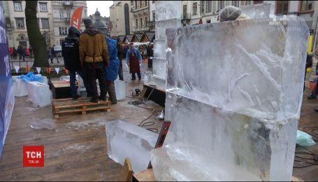Замерзшая красота: во Львове скульпторы должны за сутки вырезать рождественский вертеп