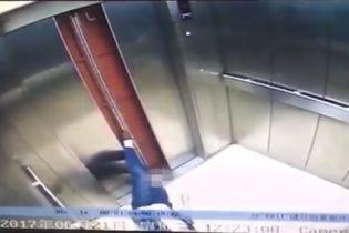 """Шокирующие кадры: неисправный лифт """"отрубил"""" китаянке ногу по колено"""
