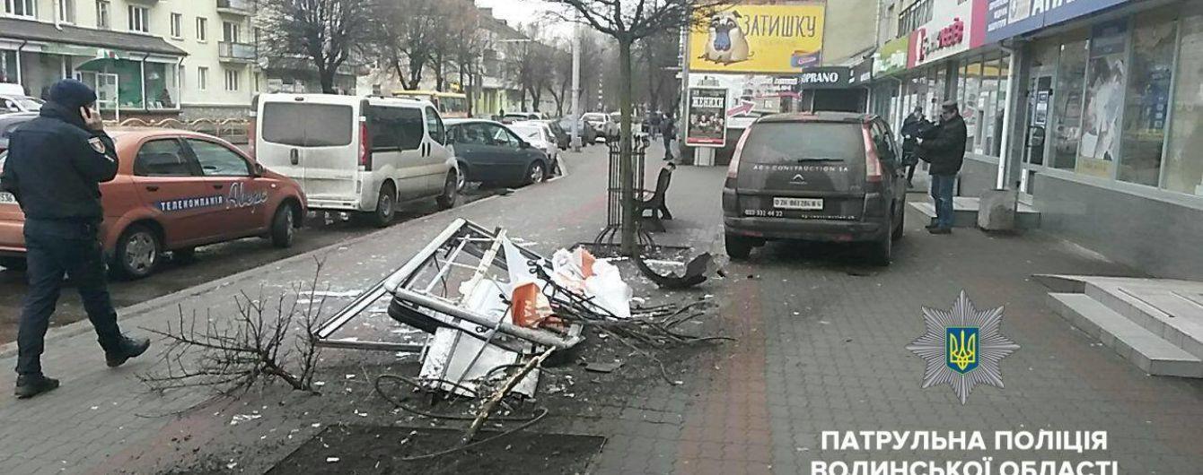 В Луцке пьяный водитель вылетел на тротуар в центре города