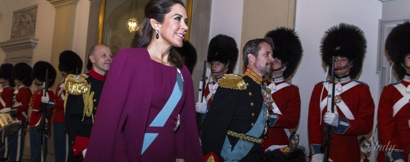 В красивом наряде и с улыбкой: кронпринцесса Мэри с мужем появилась на публике после отпуска