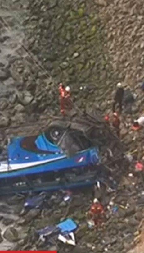 У Перу автобус злетів у прірву, загинули 48 людей