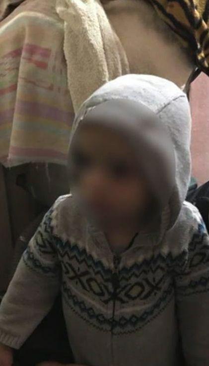 У Дніпрі дворічна дитина в самому светрику серед ночі гуляла містом, поки мама спала