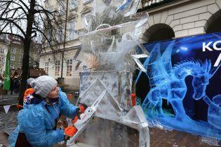Во Львове скульпторы вытесали из 500-килограммовых глыб льда удивительные фигуры