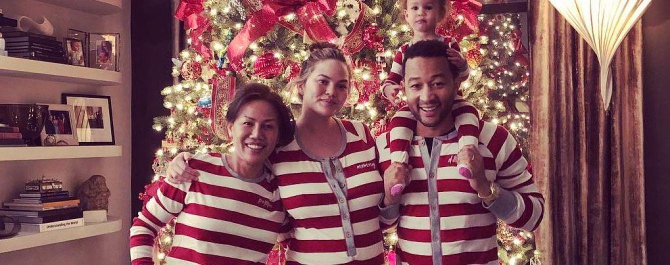 В одинаковых пижамах: беременная Крисси Тейген поделилась забавным семейным снимком
