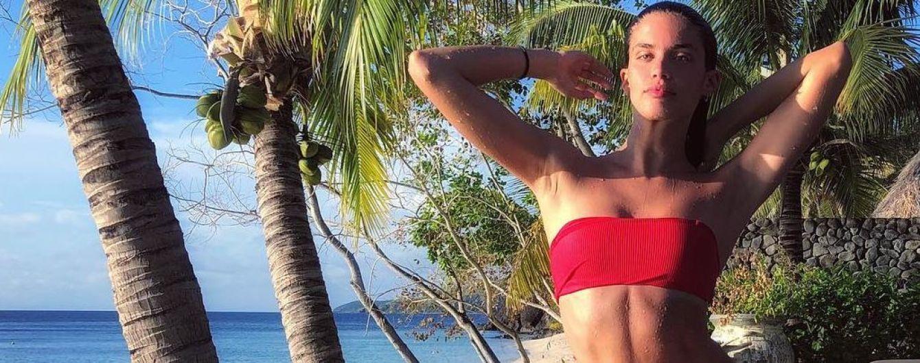 В красном купальнике на фоне пальм: Сара Сампайо отдыхает в Австралии
