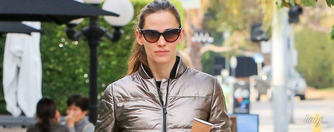 В прозрачных лосинах и блестящей куртке: Дженнифер Гарнер на улицах Лос-Анджелеса