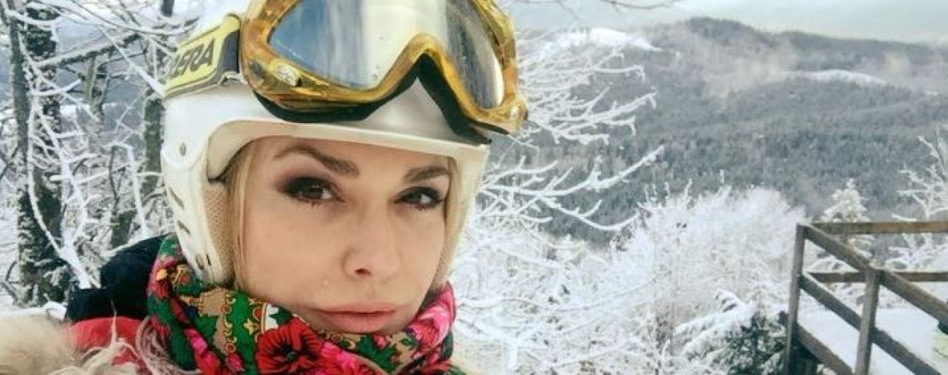 В жилете из овчины и в украинском платке: Ольга Сумская катается на лыжах