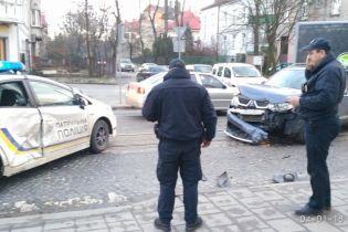 У Львові водій на джипі врізався в машину патрульних