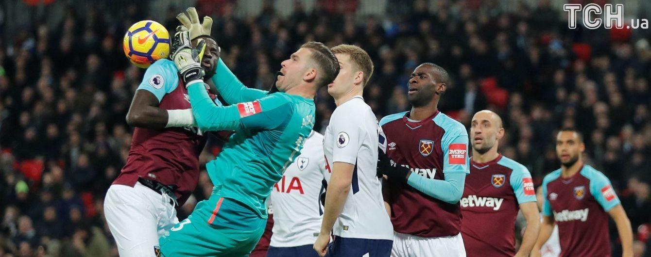 Англійський клуб висміяв свого воротаря, який переплутав голову одноклубника з м'ячем