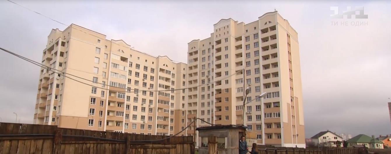 Виштовхнули з вікна чи змусили викинутись. На Київщині розслідують загадкову загибель дівчини