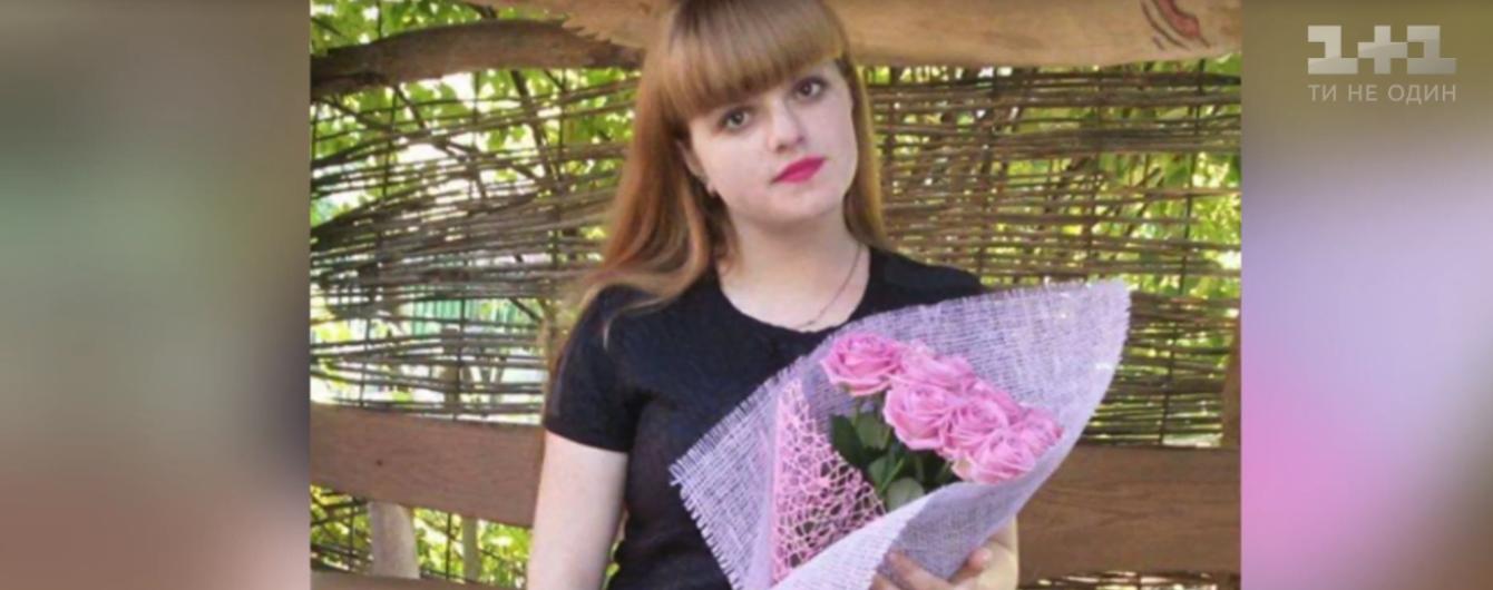 В Житомире жестоко избили студентку: девушке порезали горло и бросили без сознания на дороге