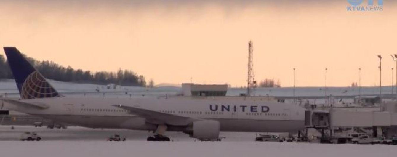 Американский самолет экстренно приземлился после того, как пассажир испачкал оба туалета фекалиями