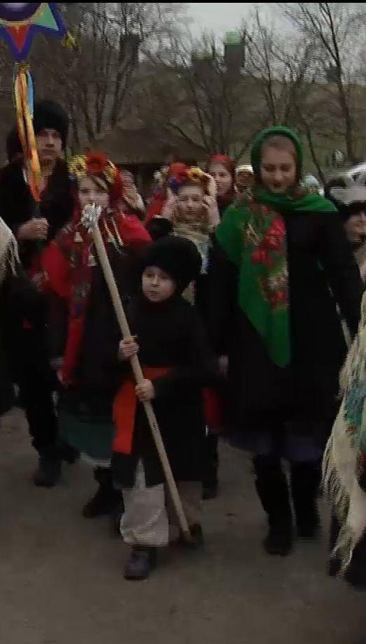 На Софийской площади и в музее Пирогово встретили Рождество традиционными и современными колодками