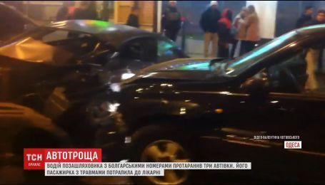 В Одессе водитель внедорожника на скорости въехал в три автомобиля