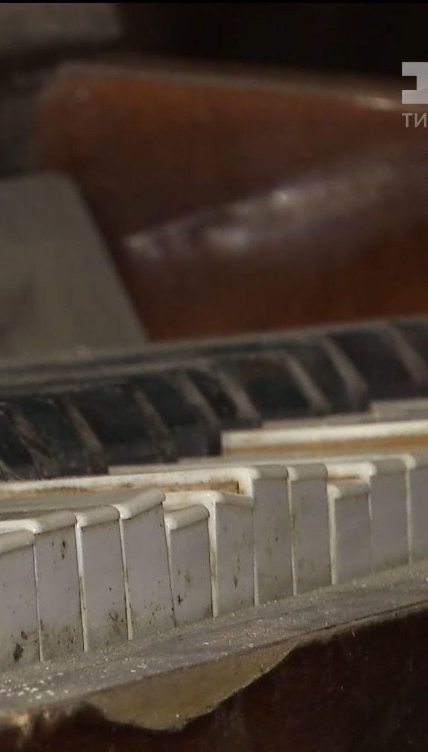 До столичного музею доправили унікальне піаніно з дитсадка, яке три роки обстрілюють бойовики