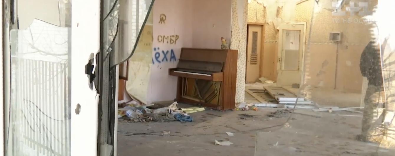 В Киев доставили пианино, которое пережило войну в детсаду в Песках
