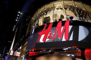 Мати хлопчика зі скандальної реклами H&M не бачить у ній расизму