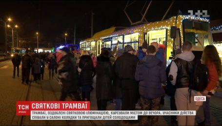 В Одессе на рельсы вышел транспорт с праздничной иллюминацией