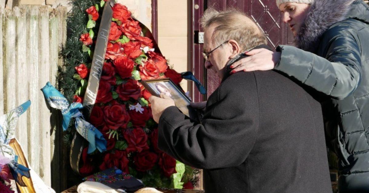 В доме Россошанского проходят следственные действия, пока Ноздровскую хоронят в закрытом гробу