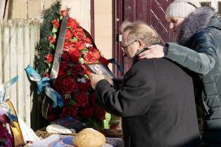 У будинку Россошанського тривають слідчі дії, поки Ноздровську ховають у закритій труні