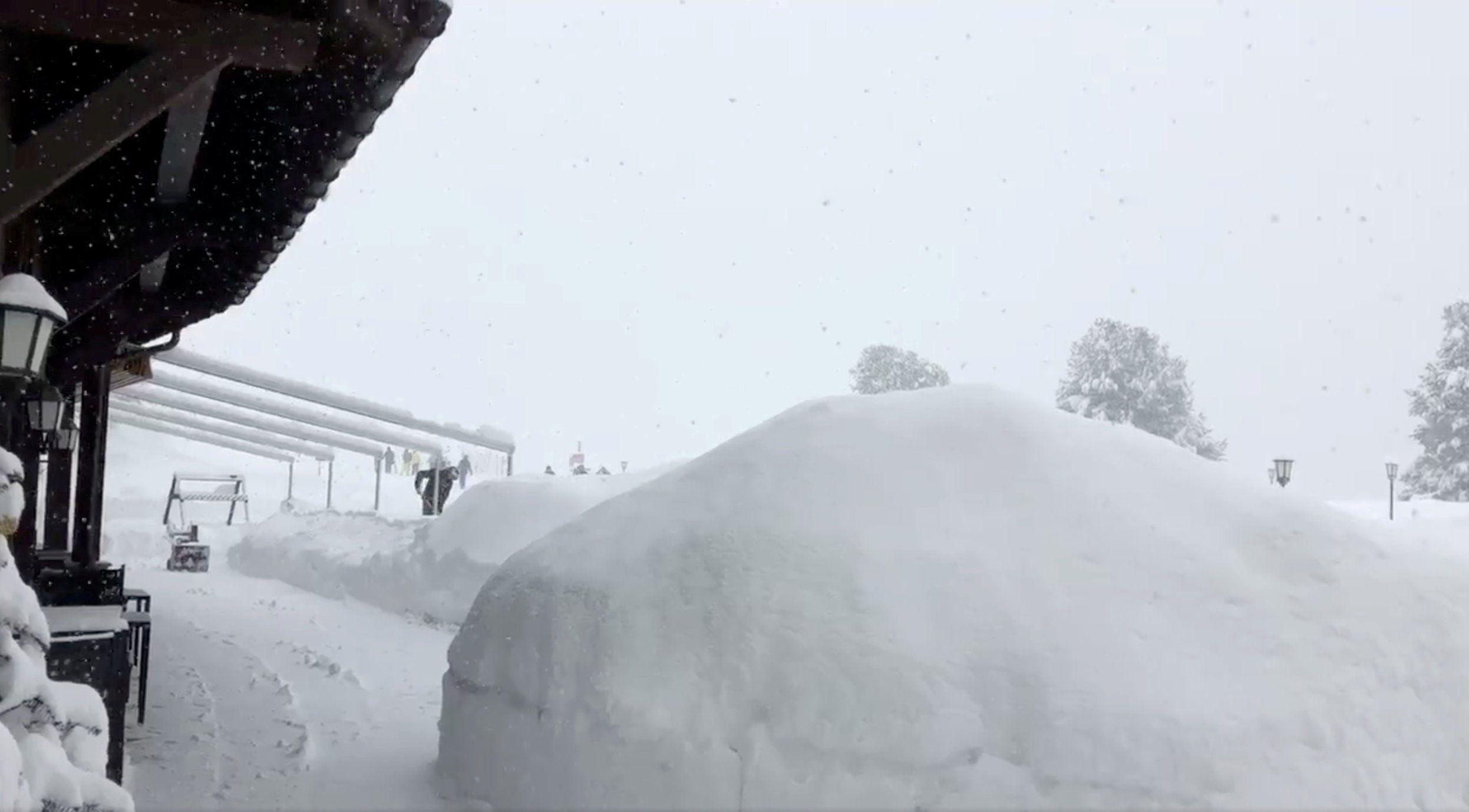 Через снігопад у Швейцарії в горах застрягли 13 тисяч лижників