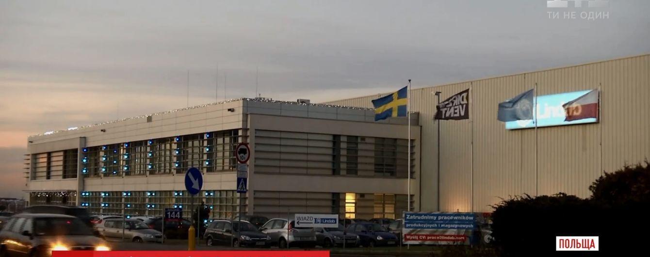 Жовто-сині роби: влада Польщі спрямує інспекцію на завод, де вигадали особливу уніформу для українців