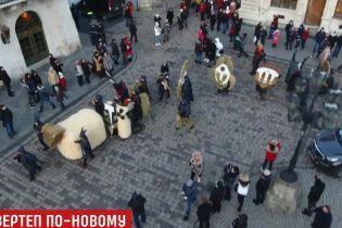 У Львові різдвяний вертеп з гігантськими масками розповів історію народження Христа