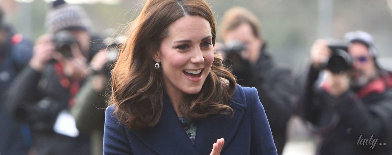 В стильном пальто от Hobbs и старом платье за 80 долларов: новый выход беременной герцогини Кембриджской