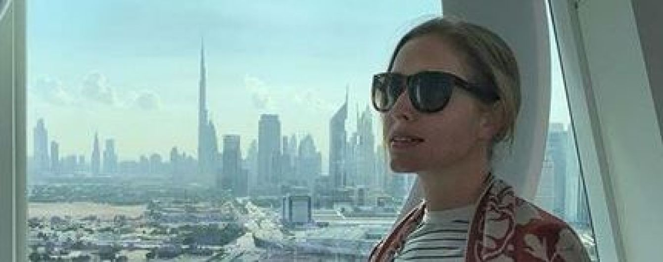 На пляже в Дубае: Катя Осадчая в пестром платье сверкнула стройными ногами
