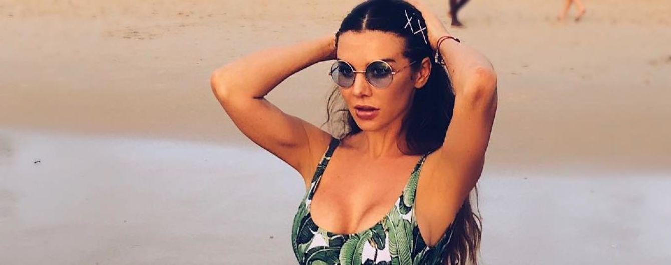 В купальнике с тропическим принтом: Анна Седокова поделилась пляжным снимком
