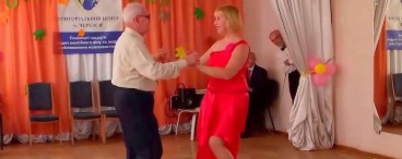 В Черкассах 77-летний дедушка открыл школу танцев для пенсионеров