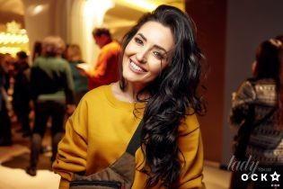 Звезды на премьере фильма: Анна Добрыднева в желтом свитшоте, Лидия Таран в красной юбке