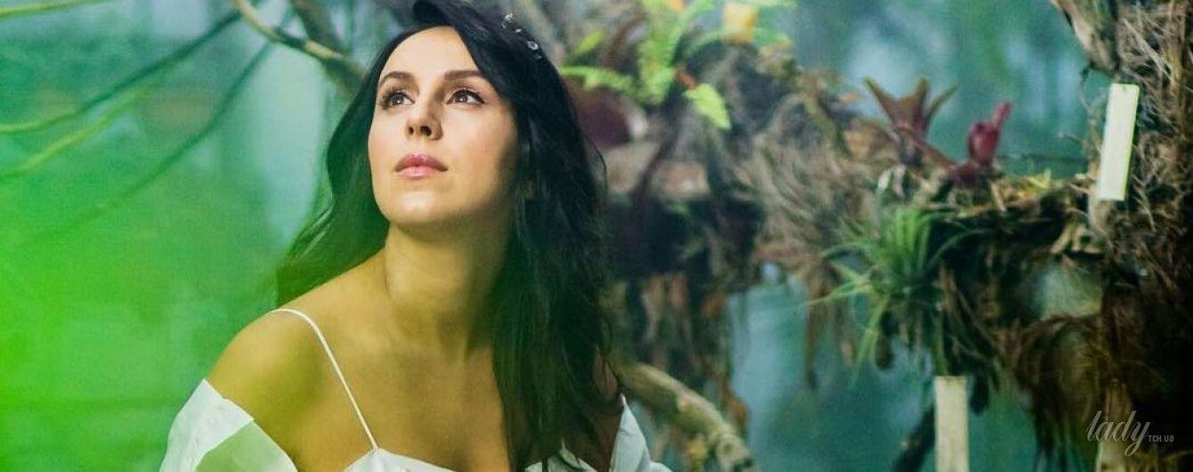 В белом платье с жемчугом: беременная Джамала предстала в образе Мавки в фотосете