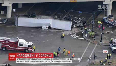 В Техасе огромный грузовик упала с путепровода на крышу легкового автомобиля