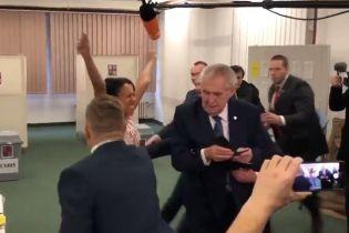 В Чехии активистка Femen с обнаженной грудью бросилась на президента Земана