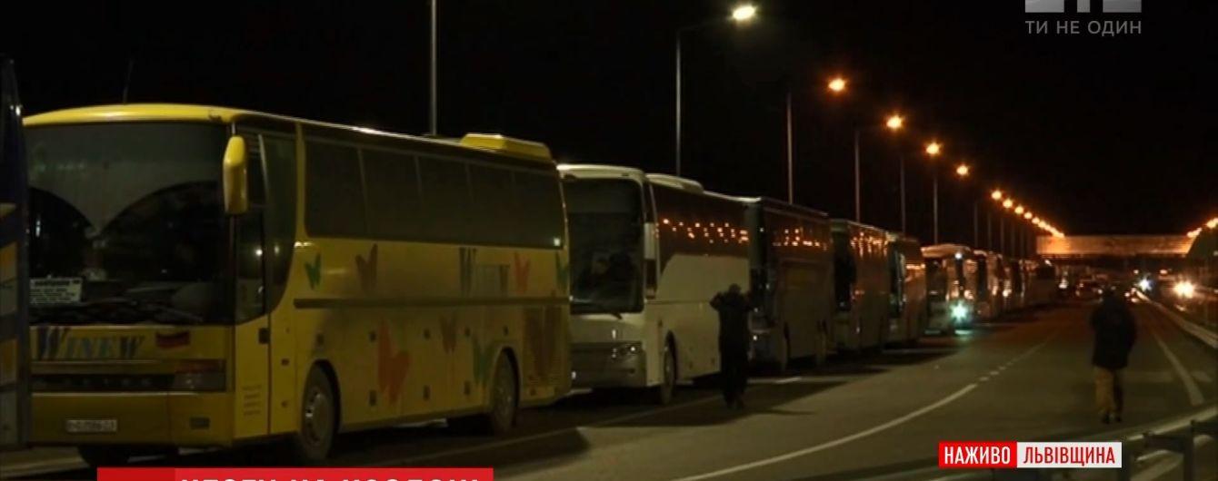 На кордоні України та Польщі утворилася велика черга з автобусів через нові митні правила