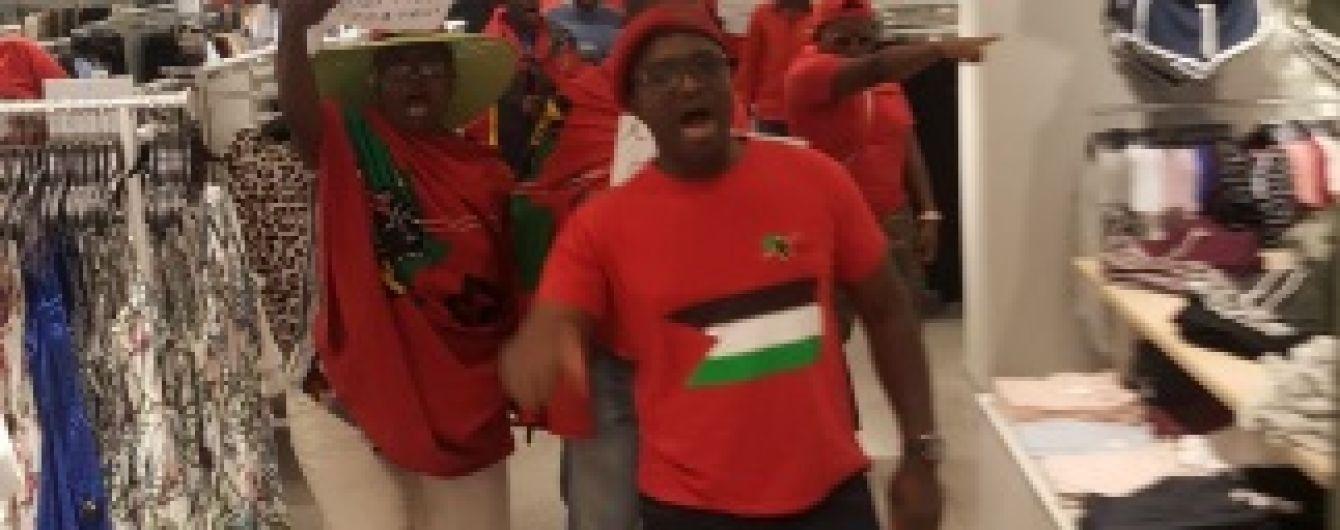 В ЮАР громили магазины H&M за рекламу с чернокожим мальчиком