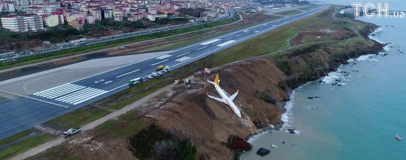 В Сети обнародовали видео паники в салоне самолета, который едва на выкатился в море в Турции