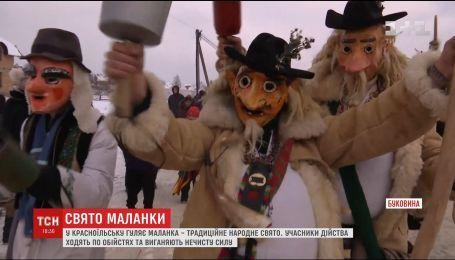Карнавальна процесія на Меланки: у селище на Буковині з'їжджаються туристи з усієї Європи