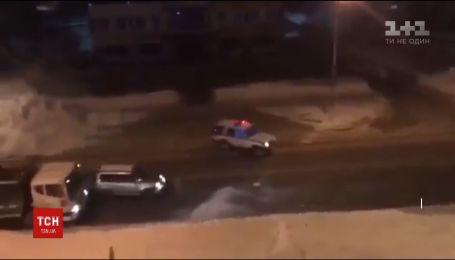 В России полицейские пытались остановить авто нарушителя снежками