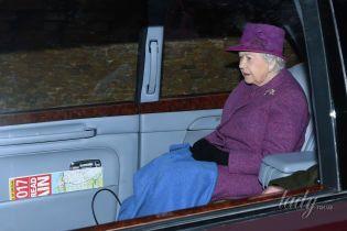 В винных оттенках: королева Елизавета II в новом образе сходила на службу