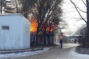 У Львові спалахнули склади лакофарбових матеріалів