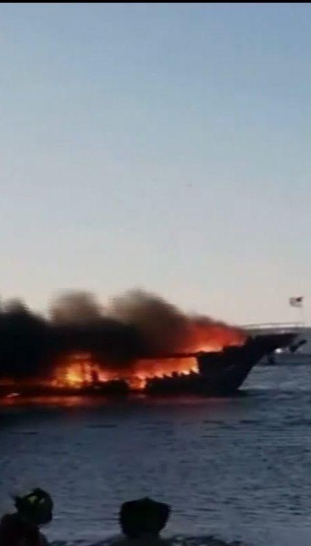 Во Флориде среди моря выгорела лодка, использовавшаяся для нелегального казино